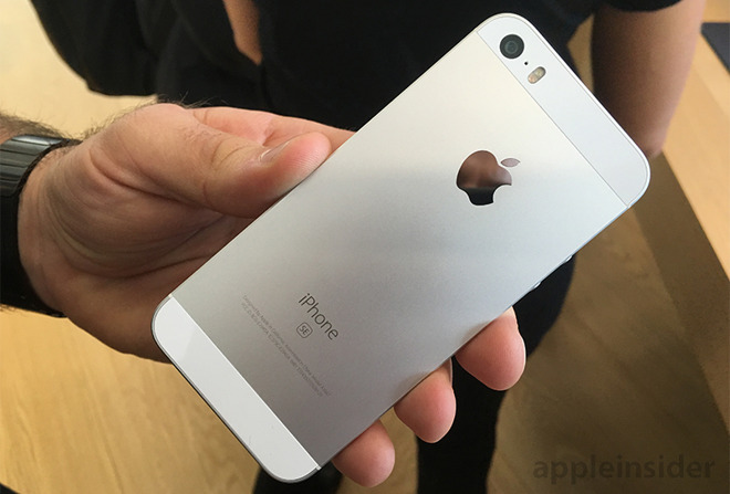 hands on apple targets the mainstream with new iphone se. Black Bedroom Furniture Sets. Home Design Ideas